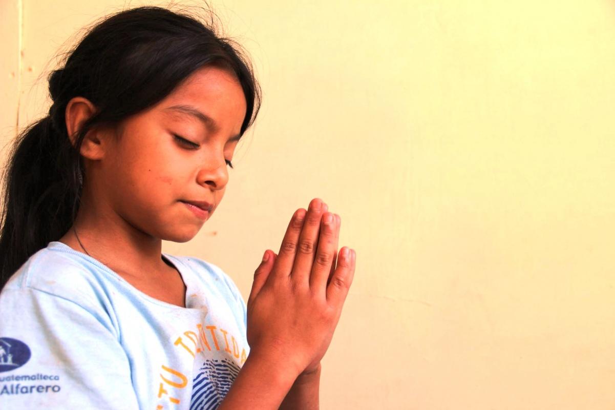 Guatemala girl praying
