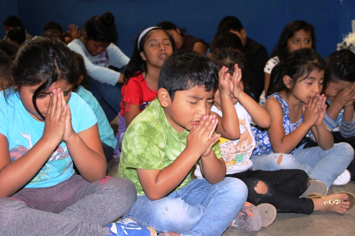 Guatemala children praying