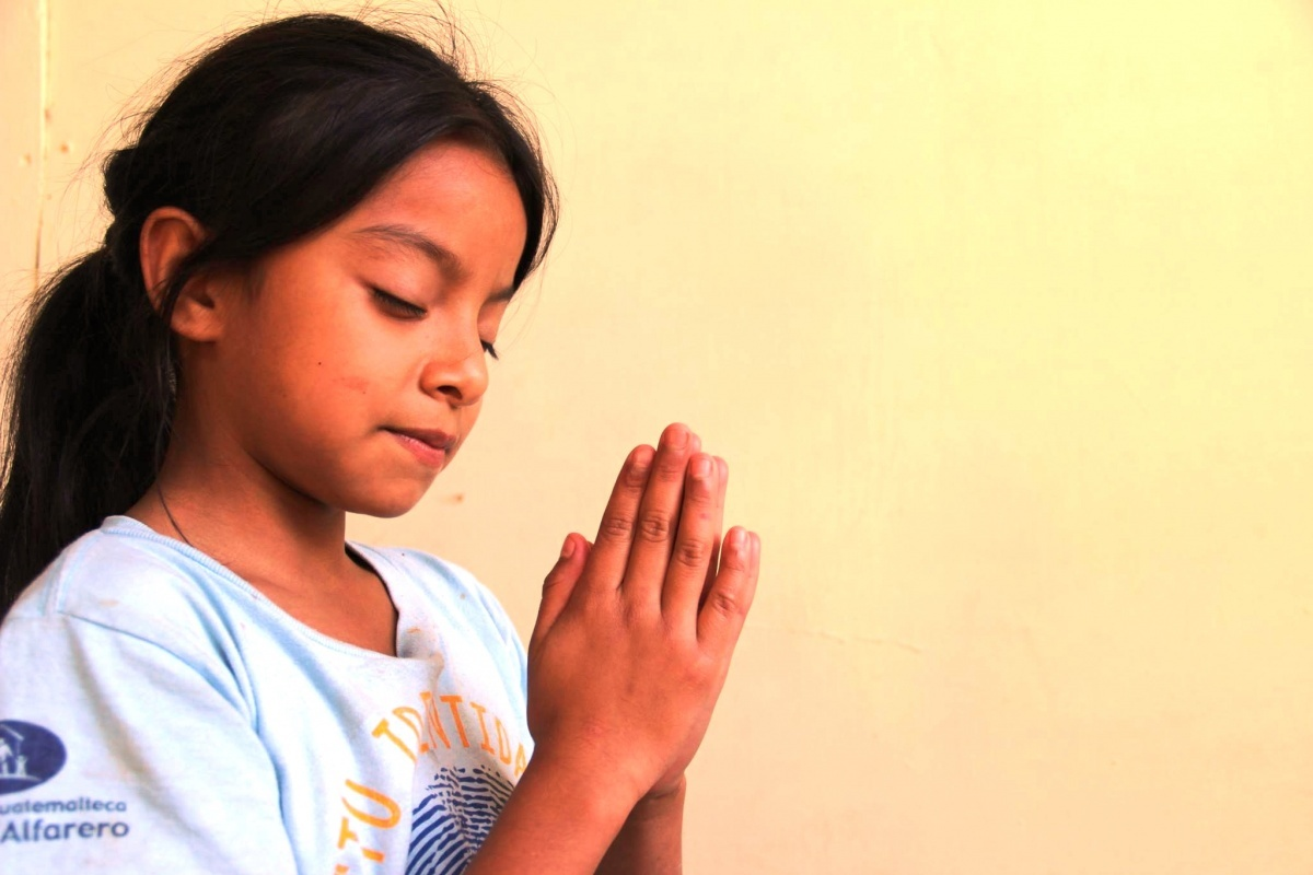 Guatemala girl praying